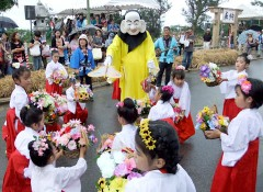 People of Yaeyama offer dance performance to God of fertility at the beginning of the Harvest Festival
