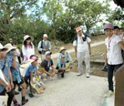 Urasoe City elementary school pupils debut as history tour guides 