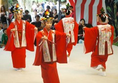 <em>Tanadui</em> Festival held in Taketomi Island with various performing arts