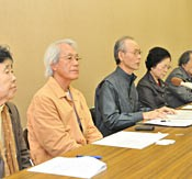 Former governors Inamine and Ota give their approval to the prefectural assembly's statement requesting the abandonment of the Henoko evaluation report