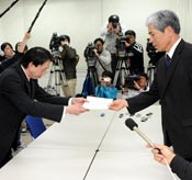Okinawan governor submits opinion on the Futenma relocation plan, calling it impossible