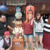 Three high school graduates from Shiga visit to see their host family in Izena again