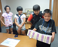 Children on bank work experience say, 100 million yen was heavy