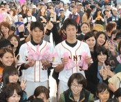 Yomiuri Giants pitcher Miyaguni gives Valentine's chocolates to female fans