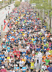 More than ten thousand participants in the 2013 Okinawa Marathon