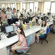 Thousands of Yokohama company employees wear <em>kariyushi</em> shirts