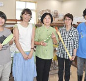 Designer Ishibashi working to promote Okinawan traditional <em>Uji</em>-dyeing