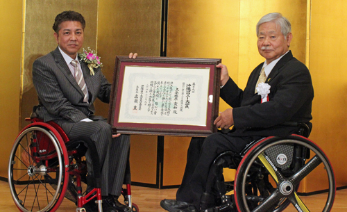 Paralympian athlete Ueyonabaru receives Okinawa Colony Award