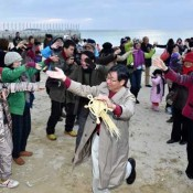 Nago Mayor swears to end Henoko issue at first sunrise of 2015