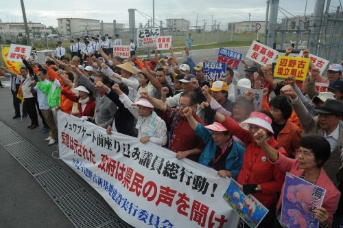 84 people including Diet members gather at Camp Schwab gate to protest against the construction of a new base