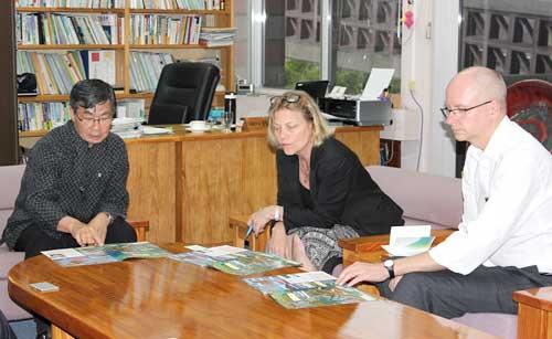 Scandinavian diplomats learn about Henoko issue from Nago Mayor