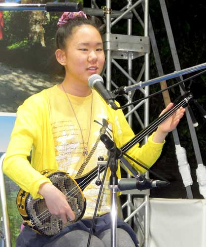 Blind Student Mitoya chases her dream to be a Sanshin singer