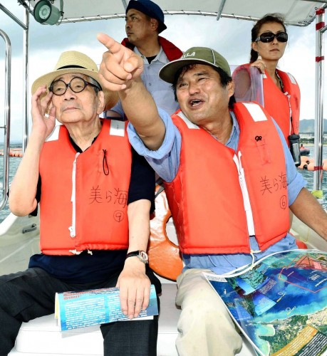 Nobel Prize winner Kenzaburo Oe visits Henoko to support protesters