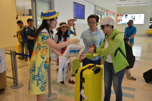 First flight from Hangzhou, China arrives in Naha; 151 passengers are welcomed with souvenirs