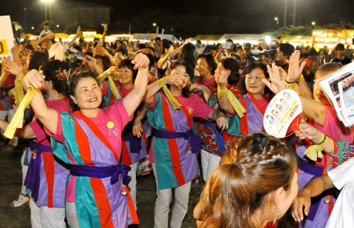 Performers and audience come together to enjoy kachashi dance contest