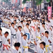 Karate Day: Over 2,000 people including children perform in Naha