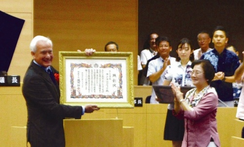 Naha City makes Honolulu Mayor an Honorary Citizen