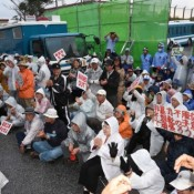 500 people gather in front of Camp Schwab to support Okinawa Governor in court battle with Japan