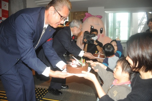 300 Christmas cakes presented to Okinawa welfare organizations