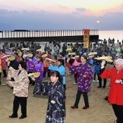 People celebrate first sunrise of New Year in Henoko