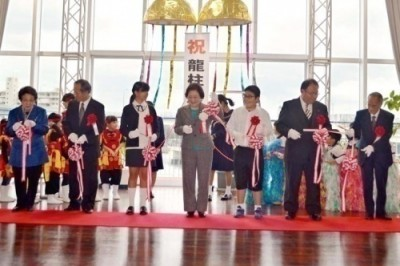 Mayor Shiroma (center) cuts the ribbon at the unveiling ceremony with other officials present on January 24 at Naha Cruise Terminal, Naha.