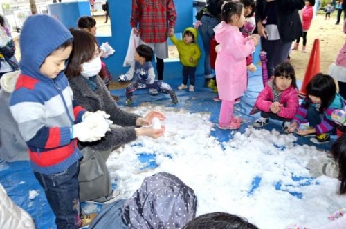 Okinawan children excited for snow from Hokkaido