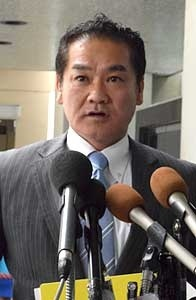 Mayor Sakima of Ginowan discusses Futenma Air Station's return with Senator McCain