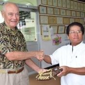 Former marine returns to Okinawa with photograph exhibition and baseball glove