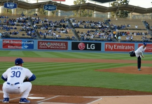 Okinawa Gov. Onaga joins the pitch opening ceremony for a game between Dodgers and Mets