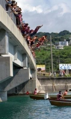Around 9:30 a.m. on June 8 at Ou Island, Tamashiro, Nanjo City, rowers jumped off the bridge to get on their boats.