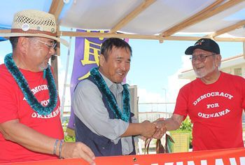 Robert Nakasone encourages sit-in protesters in Henoko with Hawaiian leis