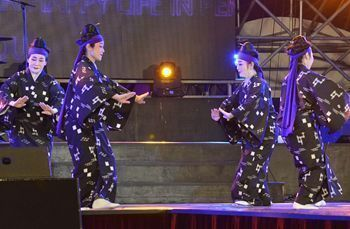 "On July 31, at the outside stage in Pengzhou City, Keiko Taira (left), Reiko Ota, Tamako Asato, and Akiko Yamakawa danced ""Hamachidori."""