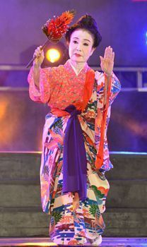 "On July 31 at the outside stage in Pengzhou City, Setsuko Tamashiro performed ""Digunu hana gukuru."