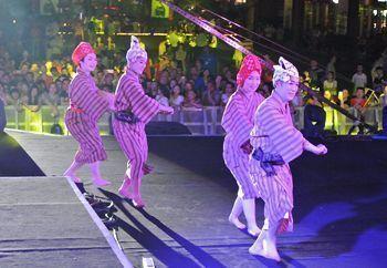 "On July 30, at the Chengdu Eastern Memory in Pengzhou City, Akiko Yamakawa (left), Reiko Ota, Momoko Mizuno, and Shinji Uehara danced ""Tanchame"" in front of a large audience."