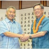 Hawaii's Ige tells Onaga he is inspired by great participation from abroad in Uchinanchu Festival
