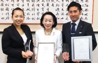On November 22, 2016, at Ryukyu Shimpo, Owner Miki Fuchibe (middle), Sub manager Kayoko Ikeda (left), and Yasuto Morishima Sales Manager hold the World Boutique Hotel Award and a plaque.