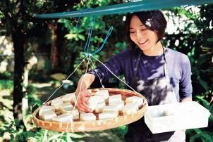 Model Yoko Matsushima makes traditional Okinawan tofuyo using a method passed down from Ryukyu Kingdom era
