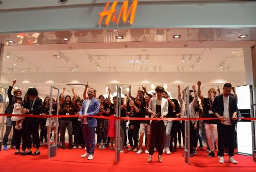 1000 people stand in line for the first H&M store at Okinawa Rycom