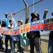 2000 people form human chain in front of Camp Schwab in Henoko to demand cancellation of construction of new U.S. base