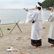 Praying for prosperity in Yona, Kunigami, Unjami solemnly welcomes the gods