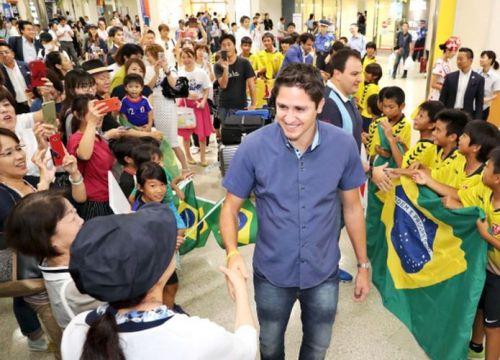Ex-Pro soccer player José Edmílson visits Okinawa to teach Brazilian soccer