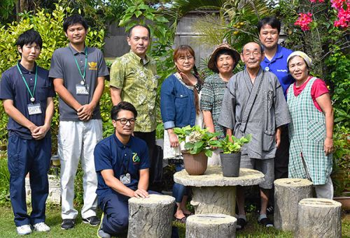 "Fukushima foster parents of ""Miracle Hydrangea"" visit Okinawa foster parent"