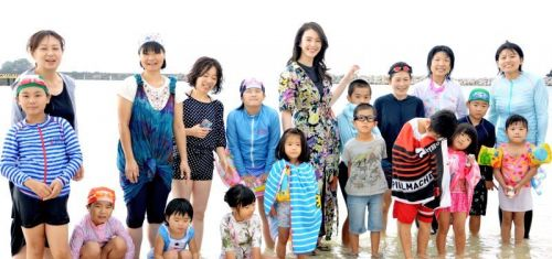 Kids from Fukushima invited by Kurara Chibana to enjoy beach in Geruma