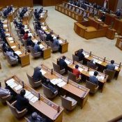 Okinawa Prefectural Assembly unanimously passes resolution calling for suspension of flights over civilian areas after accident at elementary school