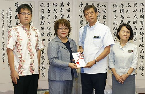 Takeshi Onaga's wife and son make donation aiming to break cycle of child poverty in Okinawa
