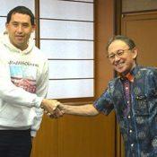 Robert Kajiwara tells Governor Tamaki he hopes to convey Okinawa's problems to the world
