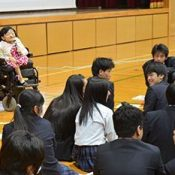 Natsuko Izena holds a talk on reliance and independence at Haebaru High School