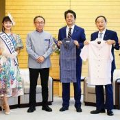 "Okinawa Governor Denny Tamaki gives Prime Minister Shinzo Abe Kariyushi shirts, tells him ,""Now you can have 'Cool Biz,' even at the Diet."""