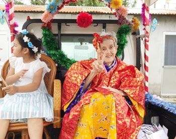 "Woman who survived the war and postwar eras performs ""kajimaya"" celebration for 97 years of life in Zamami, an island of 600"