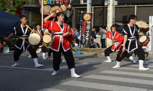 Fujian students perform Chinese fusion eisa on Kokusai Street